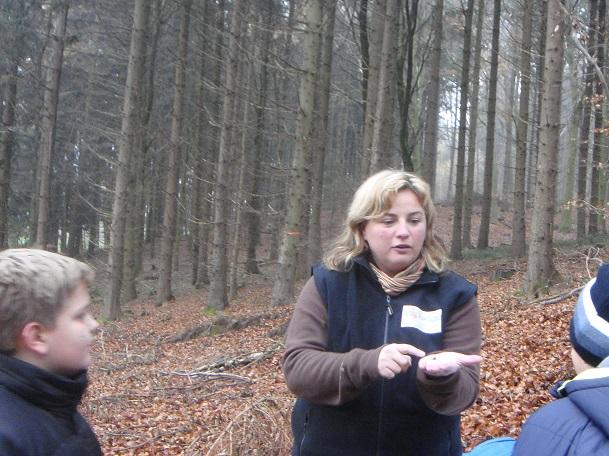 Frau Schulz zeigt einen Samen.