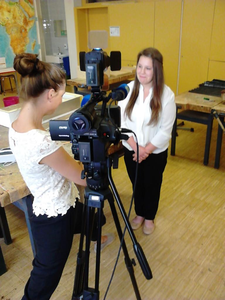 Chantal wird für das Fernsehn interviewt